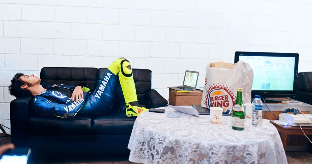 Valentino Rossi berbaring