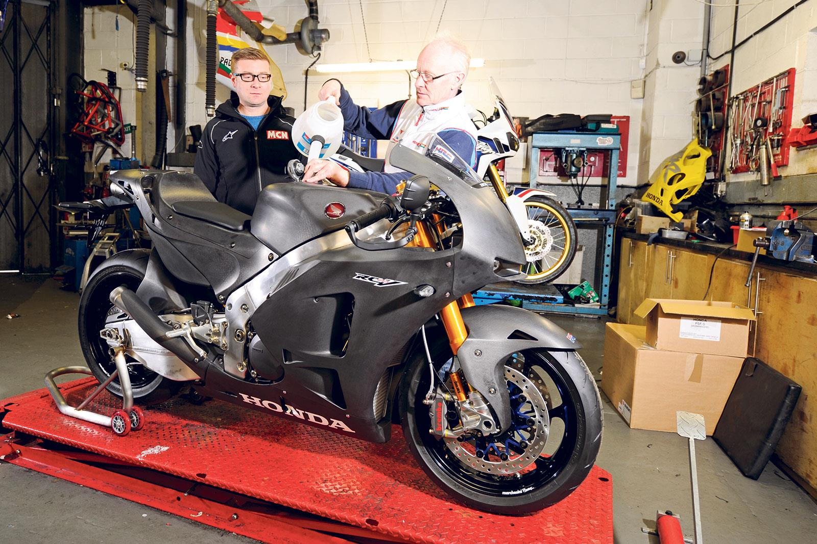 unwrapping perfection honda 39 s rc213v s arrives mcn. Black Bedroom Furniture Sets. Home Design Ideas