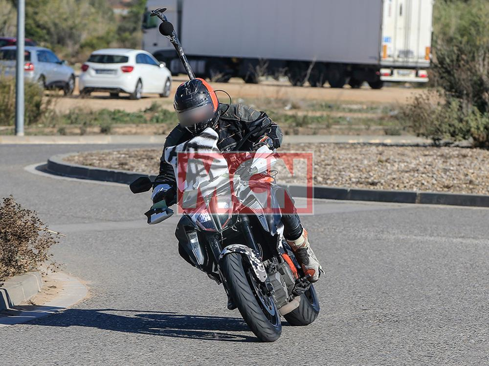 2018 ktm 1290 super duke r. beautiful 2018 updated ktm super duke gt spotted during tests in 2018 ktm 1290 super duke r