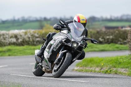 Kawasaki Ninja H2 SX SE+ front tracking shot