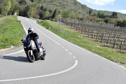 Yamaha XMAX 300 right turn