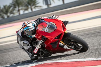 2020 Ducati Panigale V4S cornering high zoom knee down