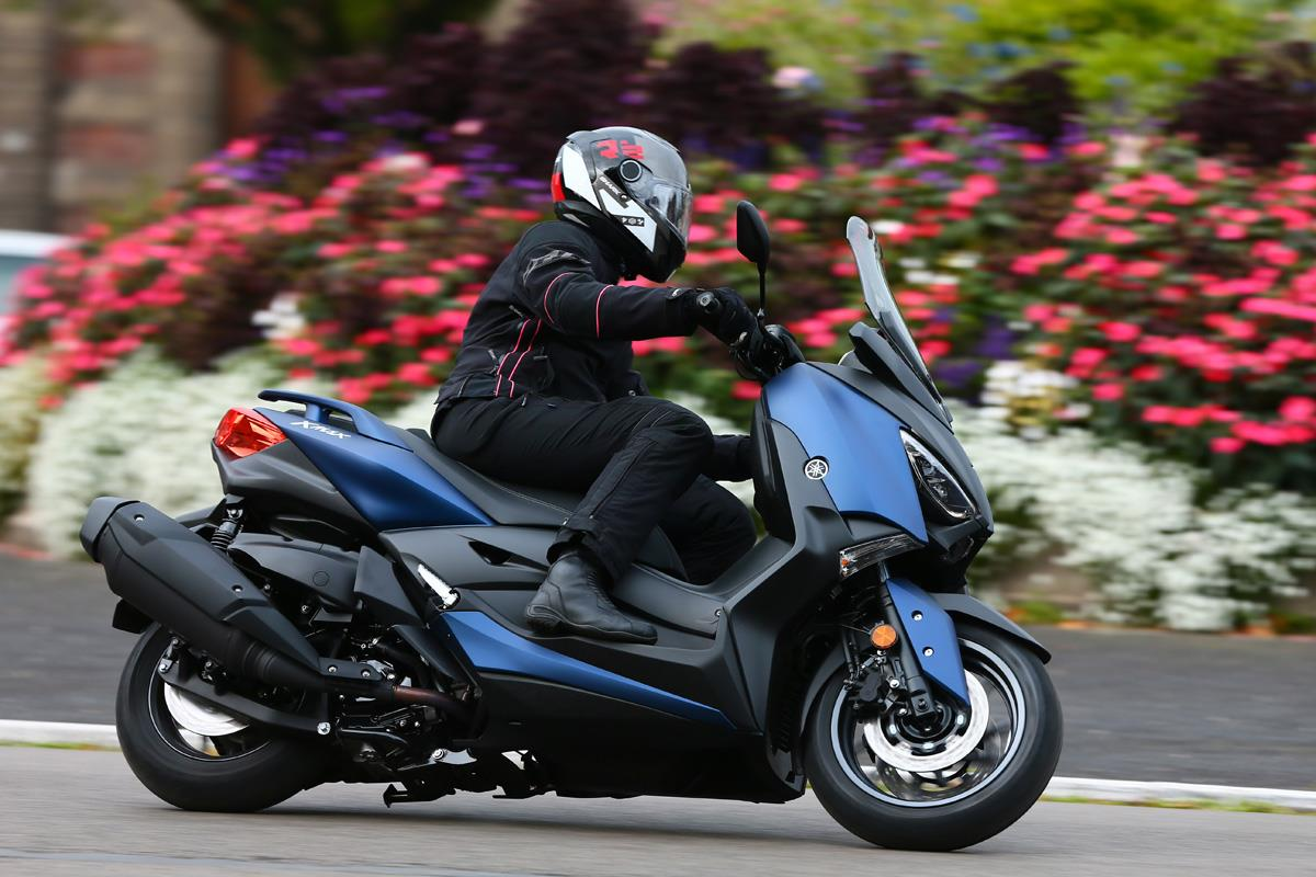 yamaha xmax 400 39 a maxi scooter without a maxi price tag 39. Black Bedroom Furniture Sets. Home Design Ideas