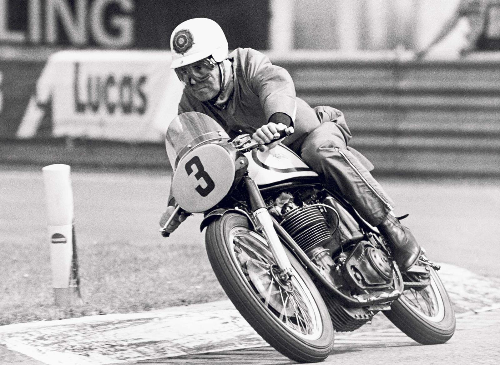 Geoff Duke's size and style fitted the Manx Norton perfectly