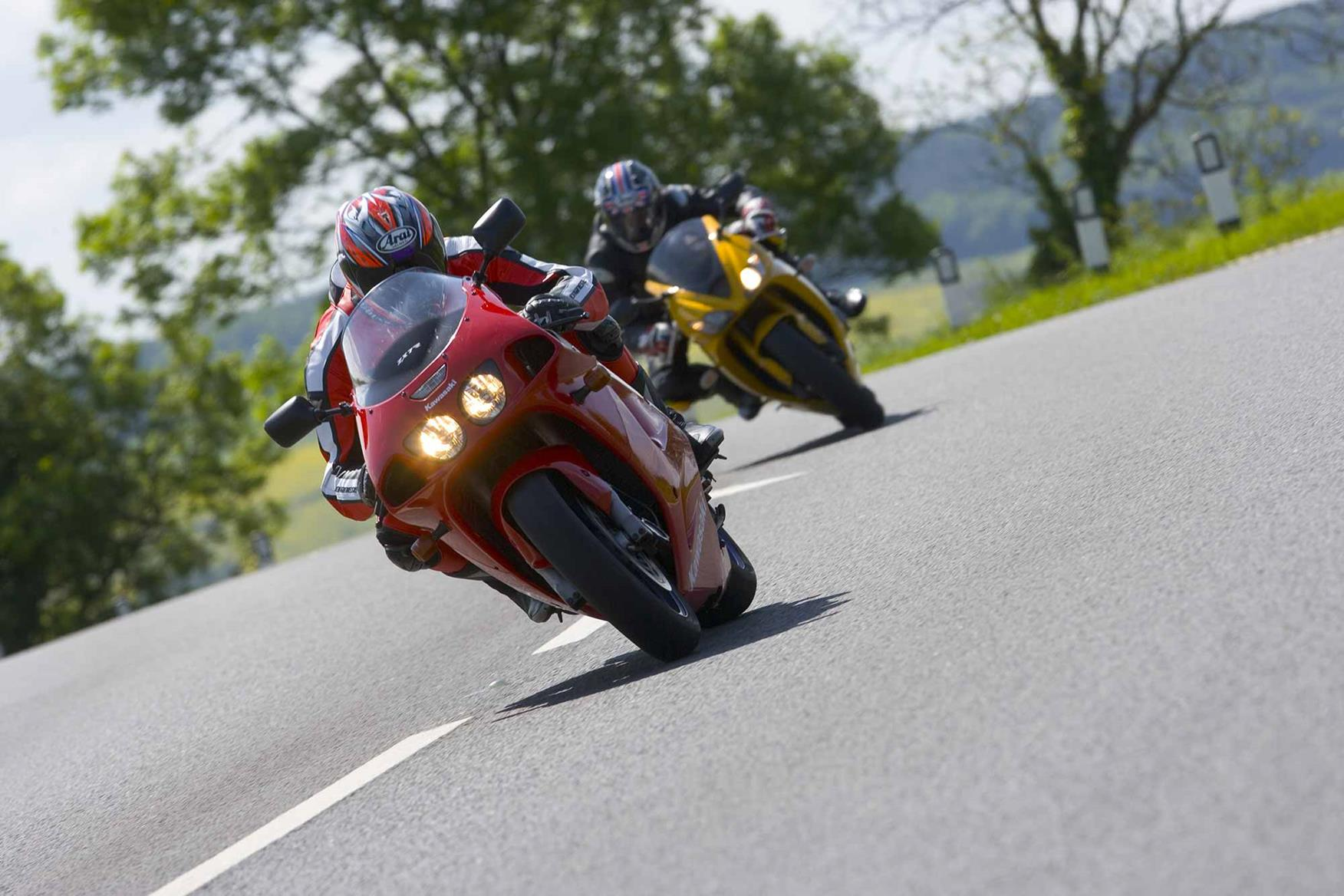 Kawasaki ZX-7R pursued by a Triumph Daytona 675