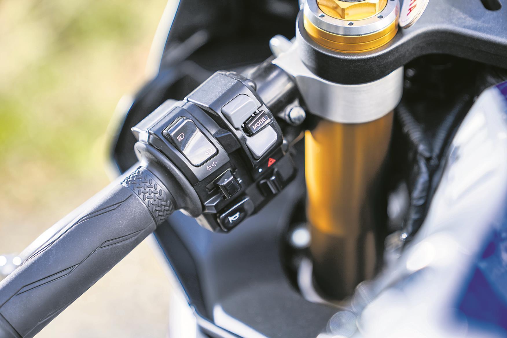 Yamaha R1M switches