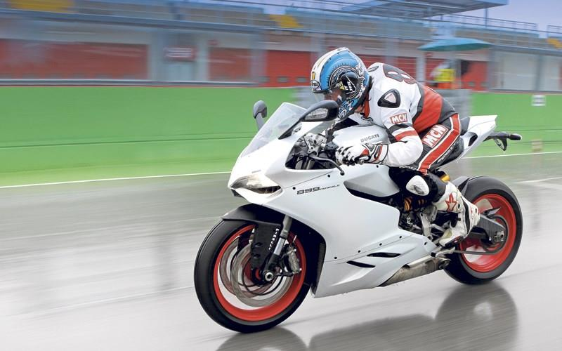 MCN's Adam Child in full tuck on the Ducati 899 Panigale
