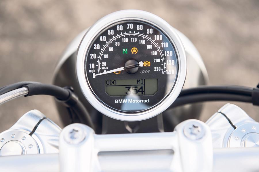 R nineT Pure получает только одни часы и никакого счетчика оборотов