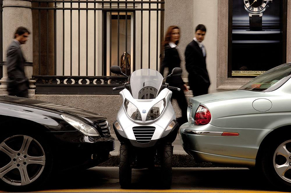 Piaggio MP3 finds a parking spot