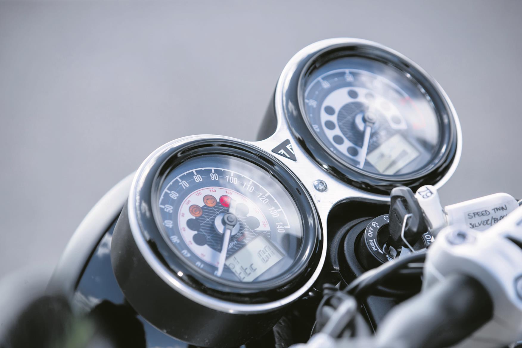 Triumph Speed Twin clocks