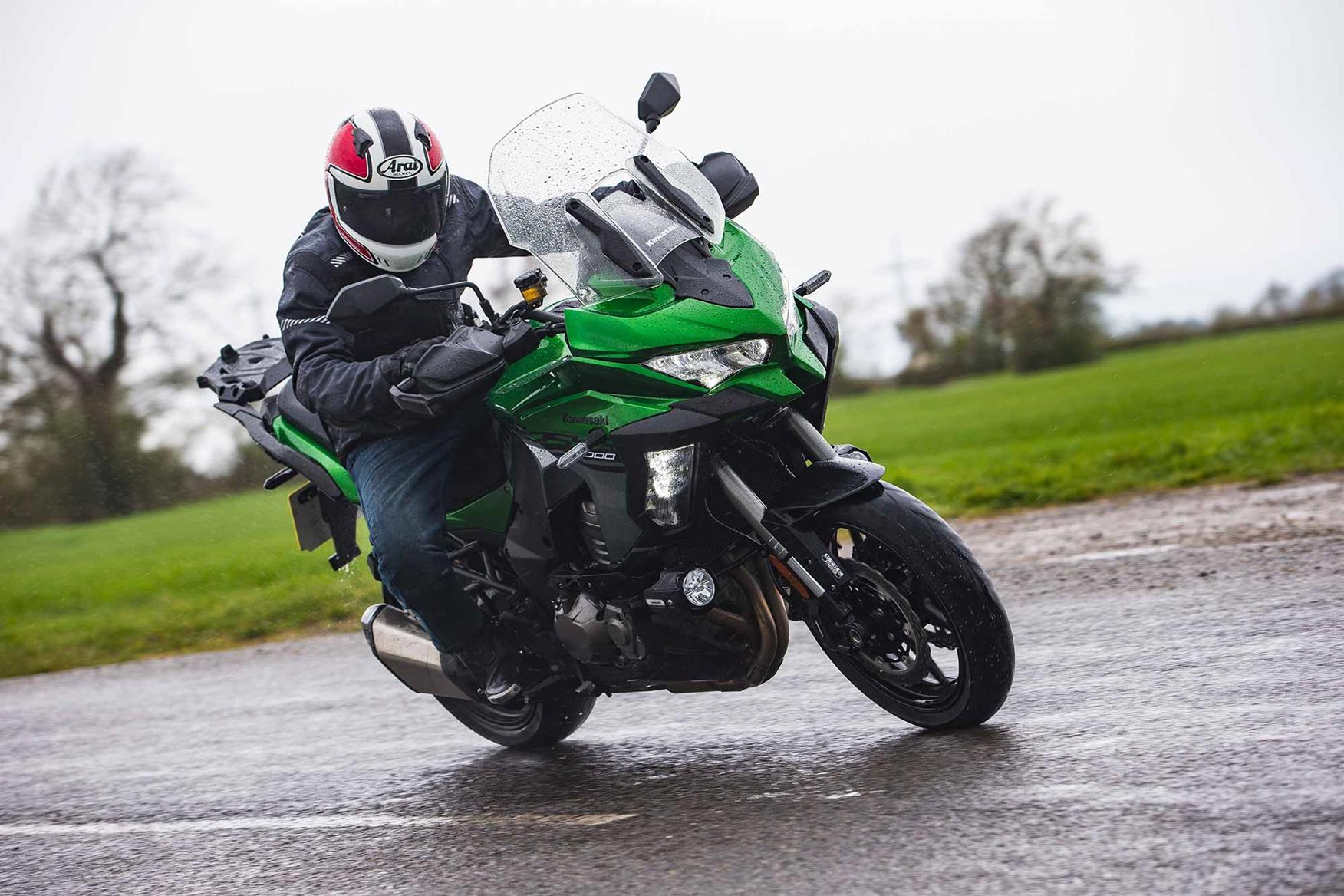 Cornering in the rain on the Kawasaki Versys 1000 SE
