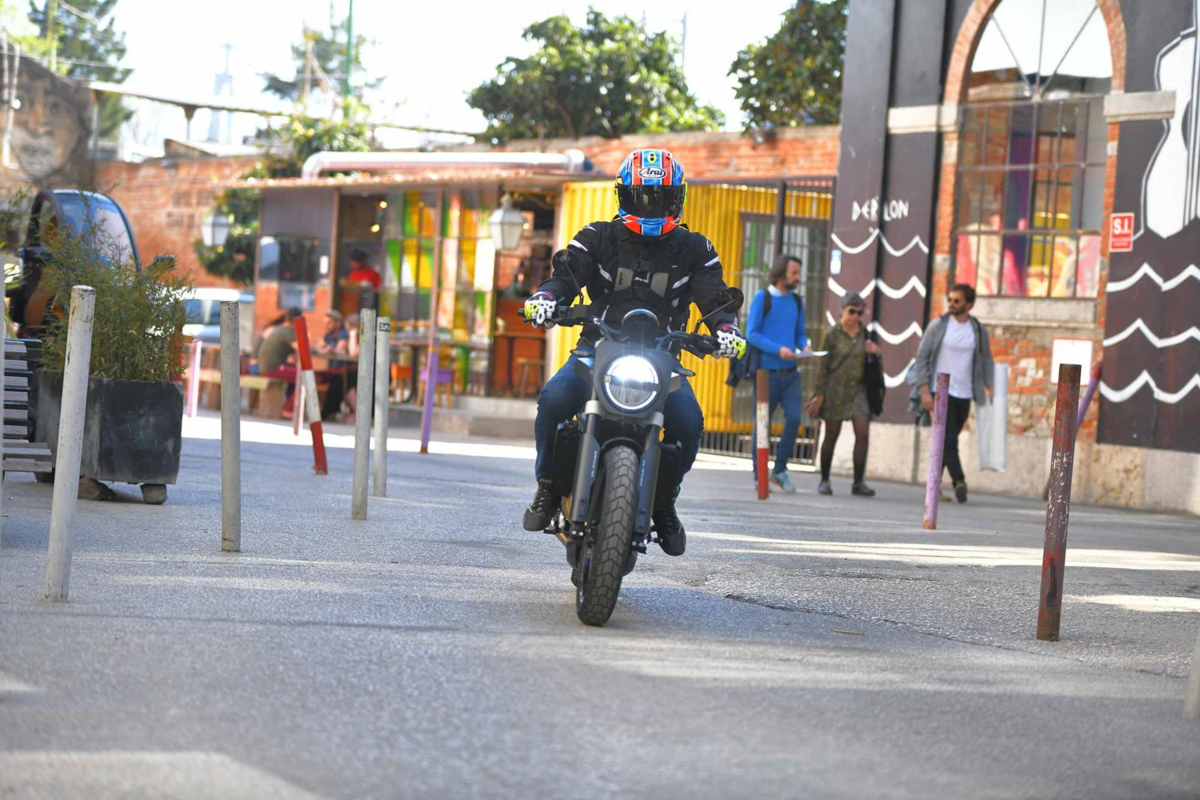 Town riding on the Husqvarna Svartpilen 701