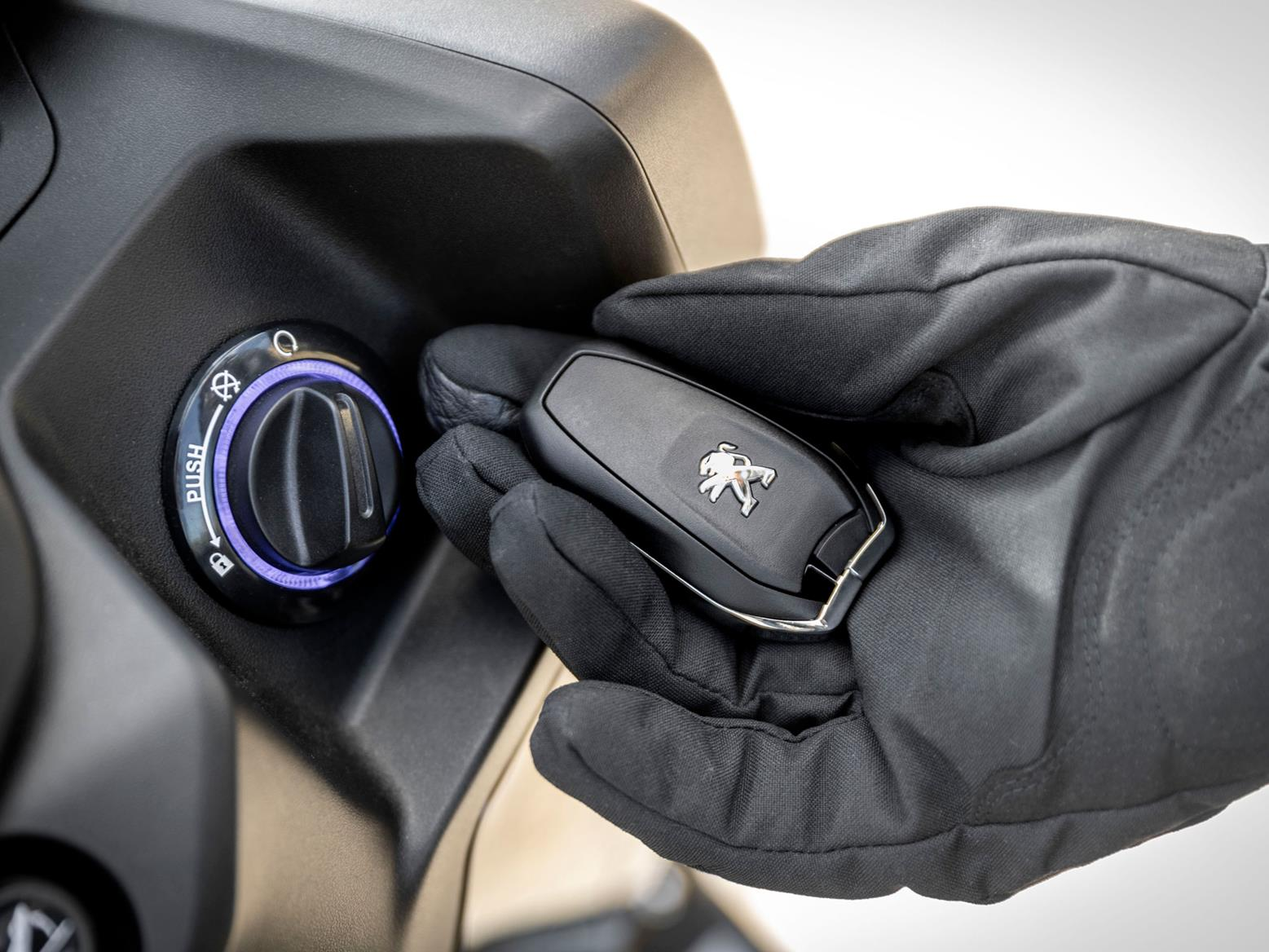 "This ""smart key"" offers keyless ignition and the ability to locate your Peugeot Pulsion 125 in a car park"