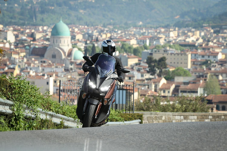Yamaha XMAX 300 cityscape