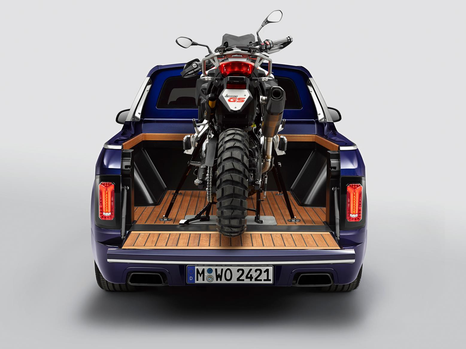 Rear view of the F 850 GS Sport on the back of the BMW X7 pickup