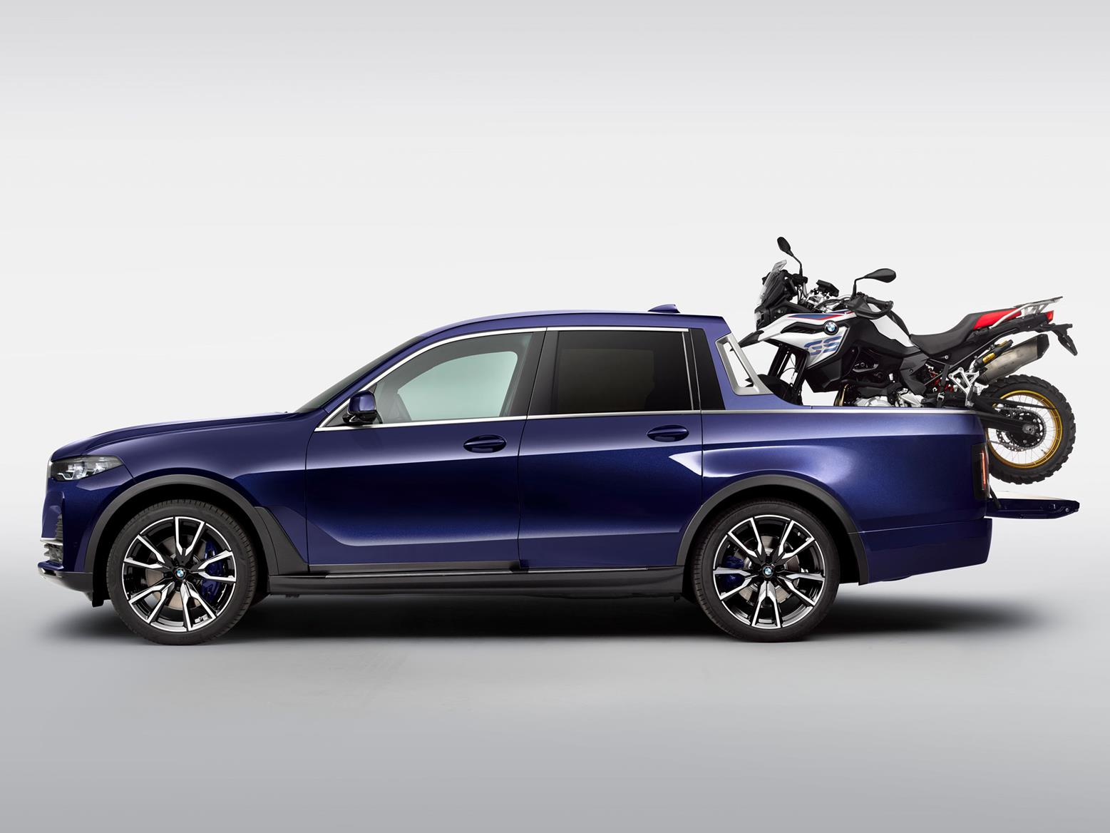 Side profile of BMW X7 pickup with F 850 GS Sport on the load area