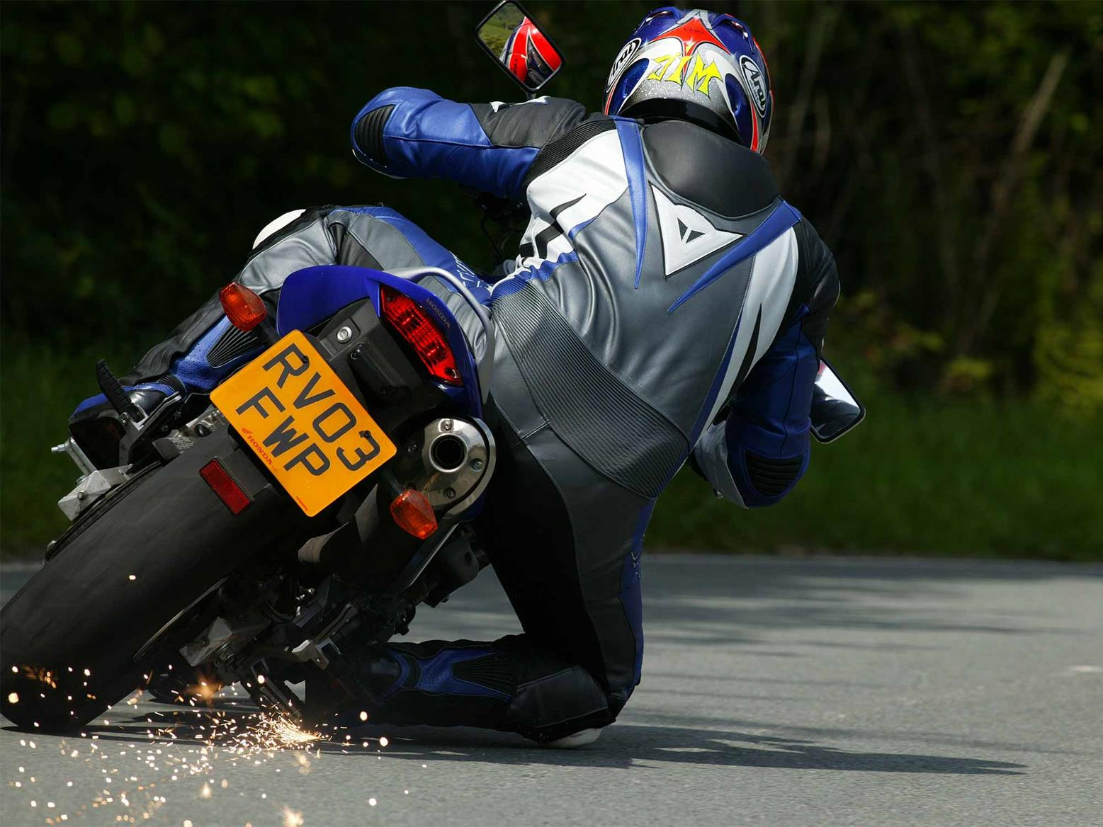 Knee down on the Honda CB600F Hornet
