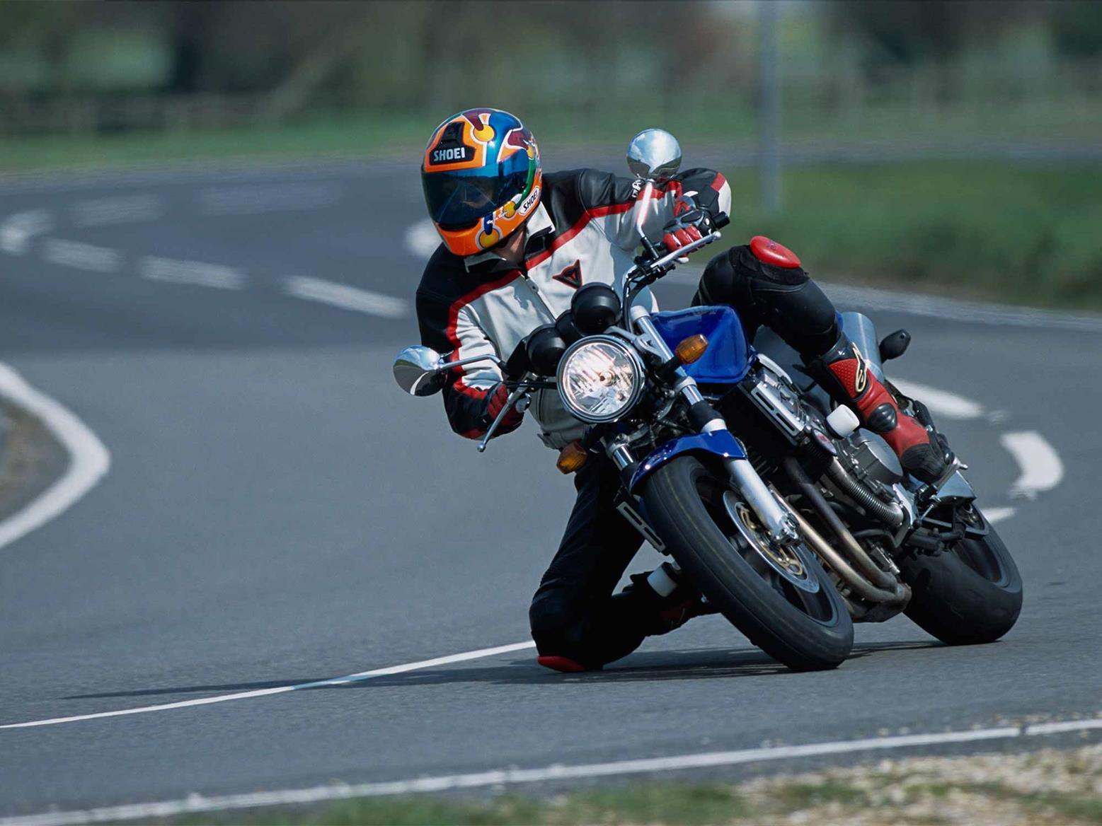 Cornering on the Honda CB900F Hornet