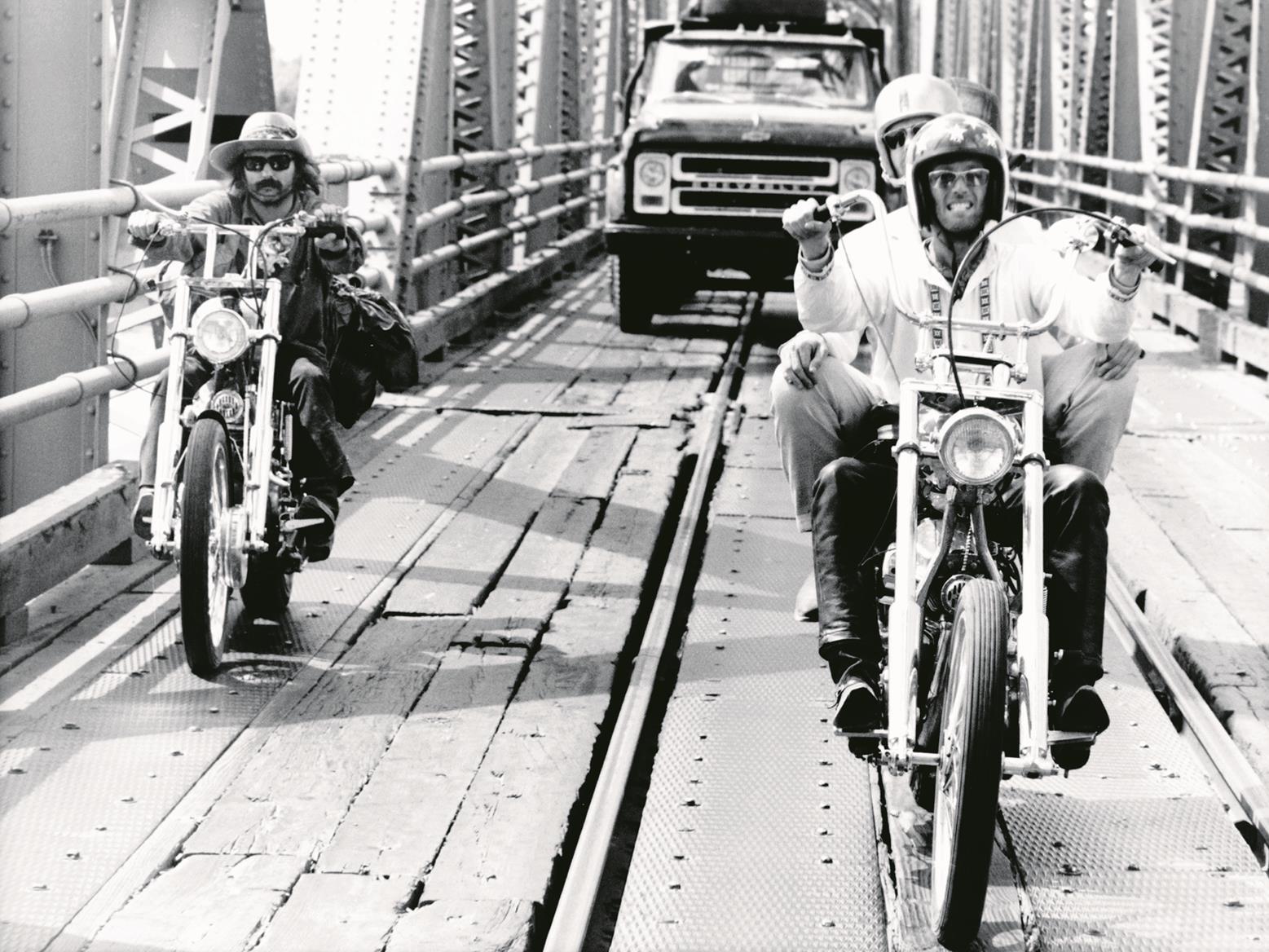 Peter Fonda and Dennis Hopper riding Captain America and Billy Bike