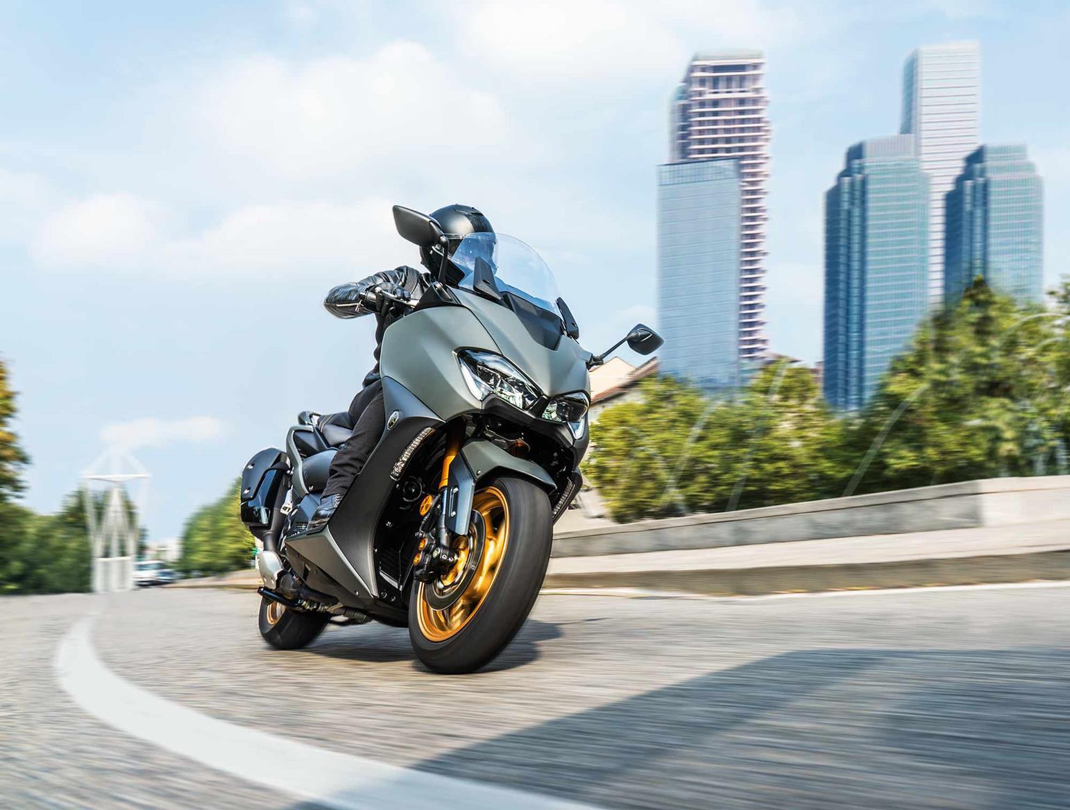 Yamaha TMAX Tech MAX riding
