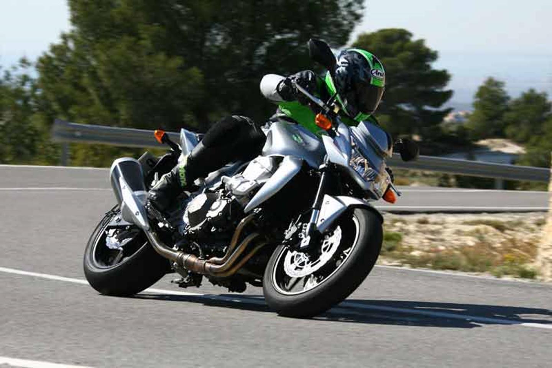 Knee nearly down on the Kawasaki Z750