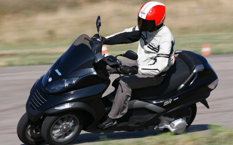 piaggio mp3 125 hybrid first ride | mcn