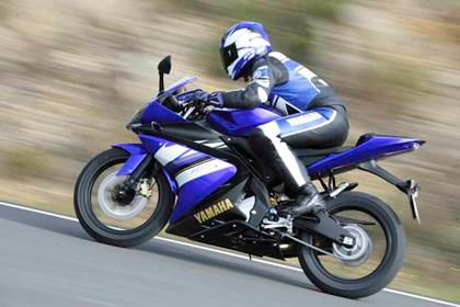 Yamaha YZF-R125 review action