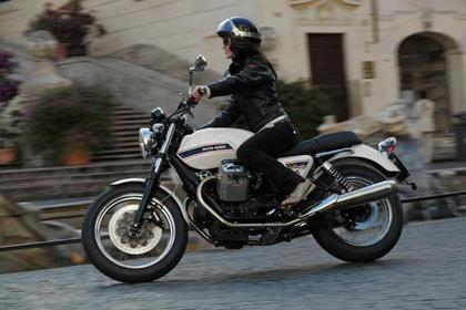 Moto Guzzi V7 Classic bike review action