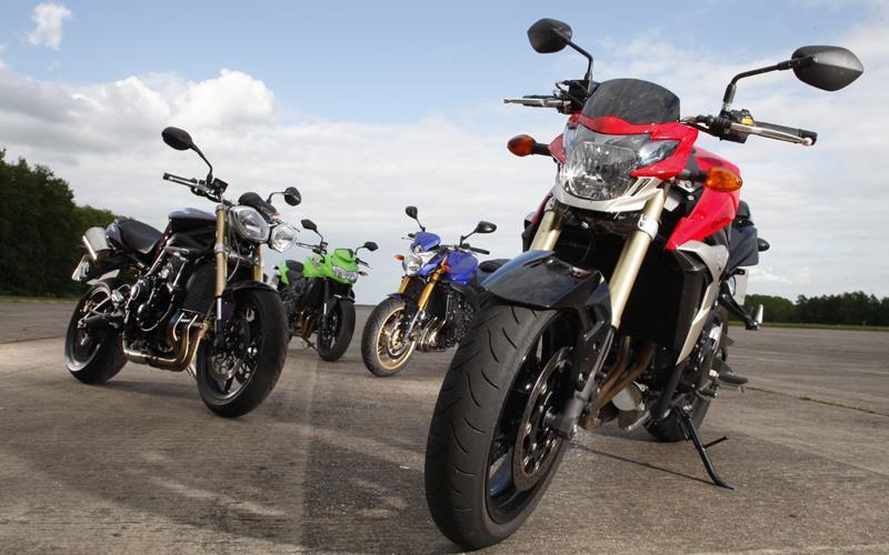 Suzuki Gsr  Vs Triumph Street Triple