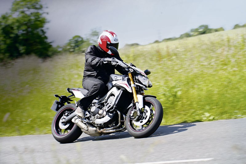 YAMAHA MT-09 SR (2014-on) Review | Speed, Specs & Prices | MCN