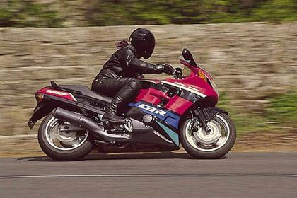 Honda CBR1000F motorcycle review - Riding