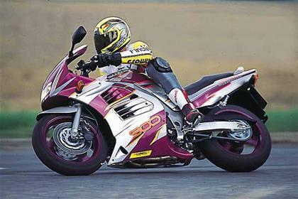 Suzuki RF900R motorcycle review - Riding